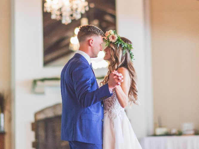pierwszy taniec młodej pary na sali weselnej